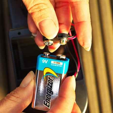 die 9 Volt Block Batterie wird montiert