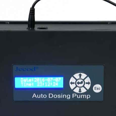 Das hell blau erleuchtete LCD Display der DP-2 DosierPumpe