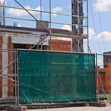 grünes Sichtschutzgewebe am Bauzaun montiert