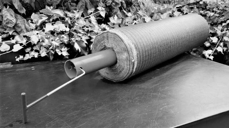 Mit dem Ausziehwerkzeug die Wickelhülse vom Vliesstoff entnehmen
